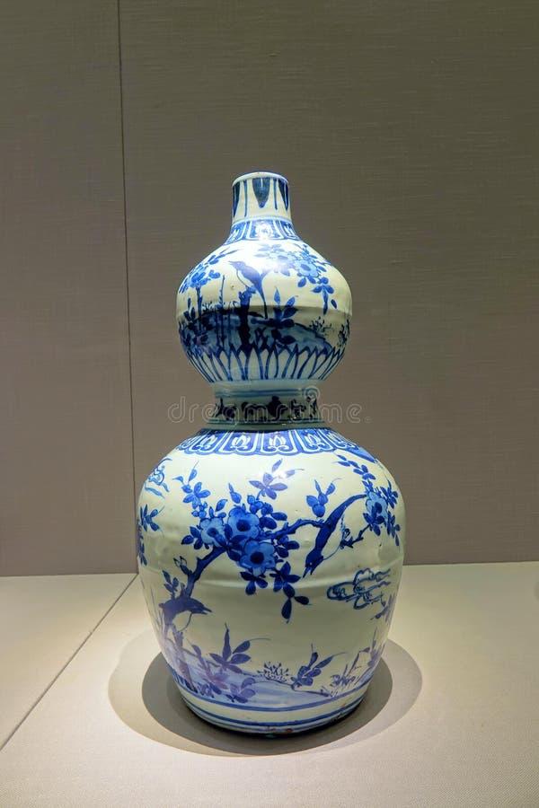 Αρχαίο μπουκάλι πορσελάνης ραχών μπλε-και-άσπρο στοκ φωτογραφία