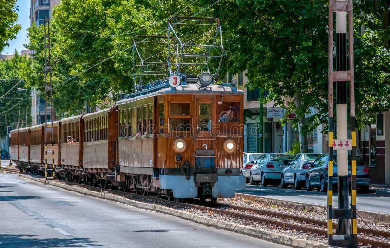 Αρχαίο ξύλινο τραίνο που πηγαίνει στην πόλη Soller στοκ εικόνα με δικαίωμα ελεύθερης χρήσης