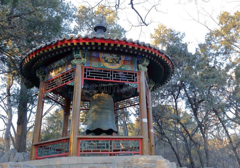 Αρχαίο περίπτερο κουδουνιών χαλκού στο πανεπιστήμιο του Πεκίνου, πλίθα rgb στοκ φωτογραφίες