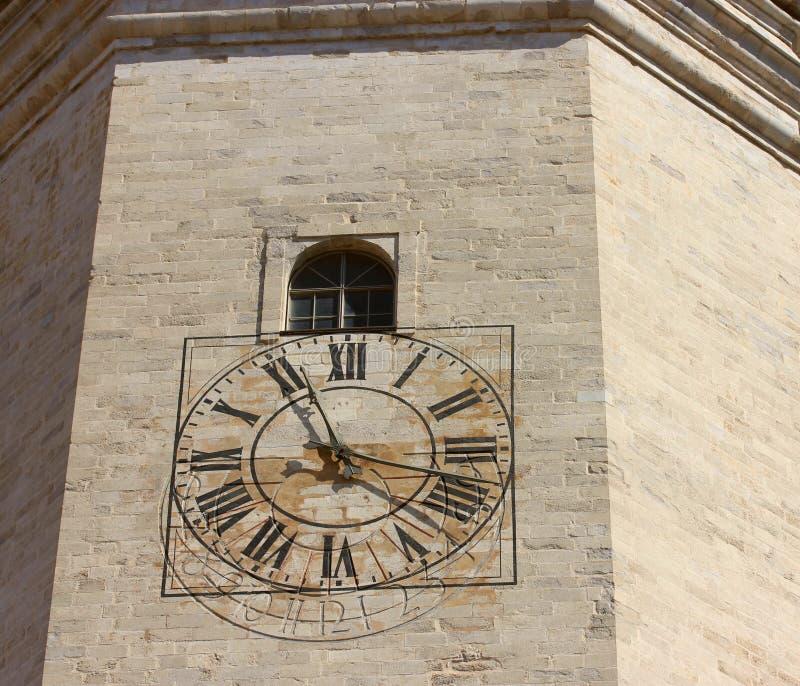 Αρχαίο ρολόι, τα χέρια του οποίου παρουσιάζουν το χρόνο: μεσημέρι στοκ εικόνα