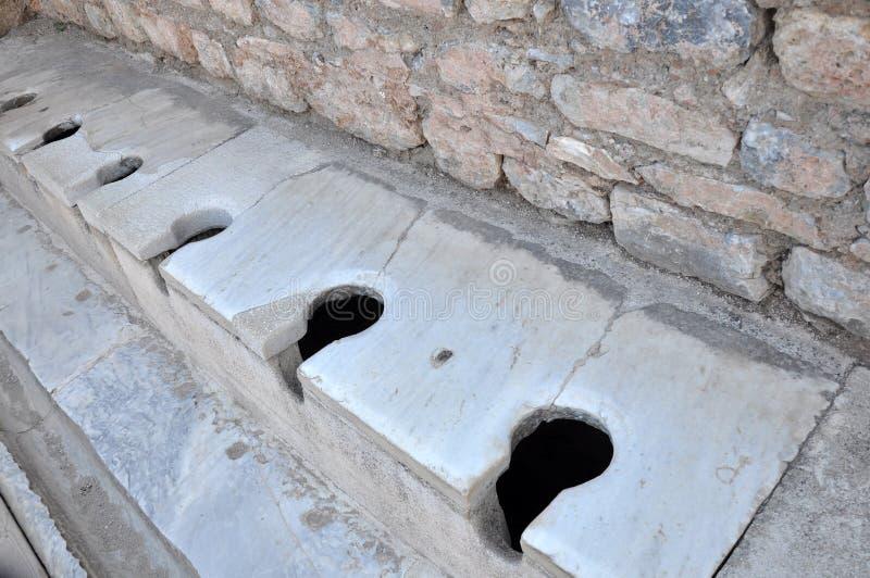 Αρχαίο ρωμαϊκό δημόσιο Latrina, Ephesus, Τουρκία στοκ φωτογραφία