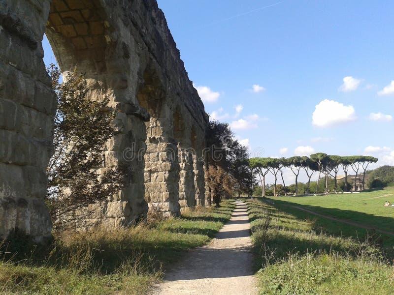 Αρχαίο ρωμαϊκό υδραγωγείο που βλέπει στο σχεδιάγραμμα στο πάρκο των υδραγωγείων στη Ρώμη Ιταλία στοκ εικόνες