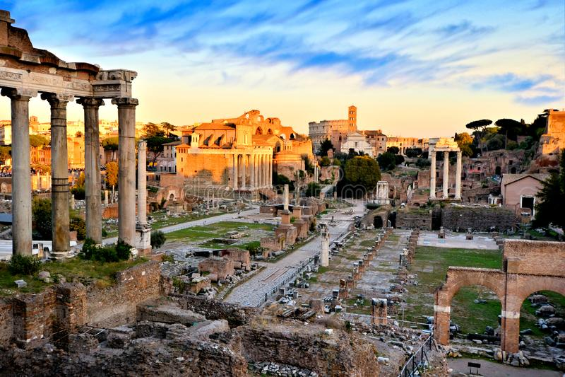 Αρχαίο ρωμαϊκό φόρουμ στο ηλιοβασίλεμα, Ρώμη, Ιταλία στοκ εικόνα με δικαίωμα ελεύθερης χρήσης