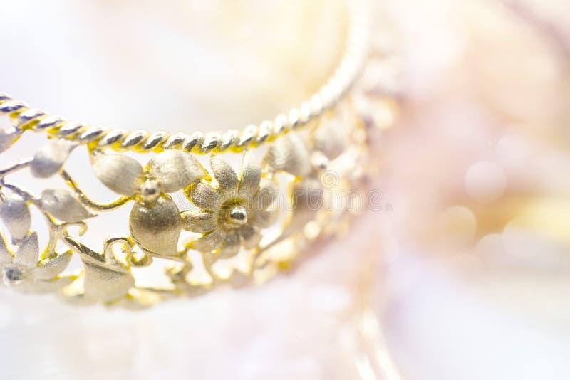 Αρχαίο σχεδιασμένο χρυσό υπόβαθρο βραχιολιών στοκ φωτογραφίες