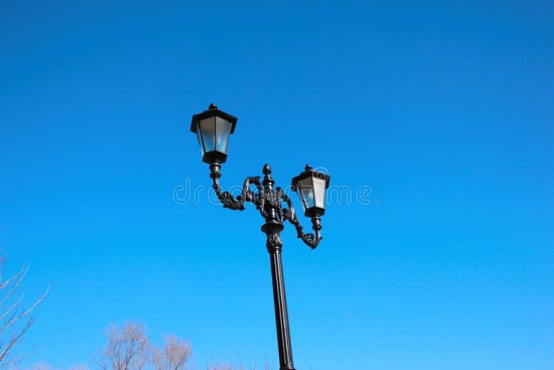 Αρχαίο φανάρι στο υπόβαθρο μπλε ουρανού στοκ φωτογραφία με δικαίωμα ελεύθερης χρήσης