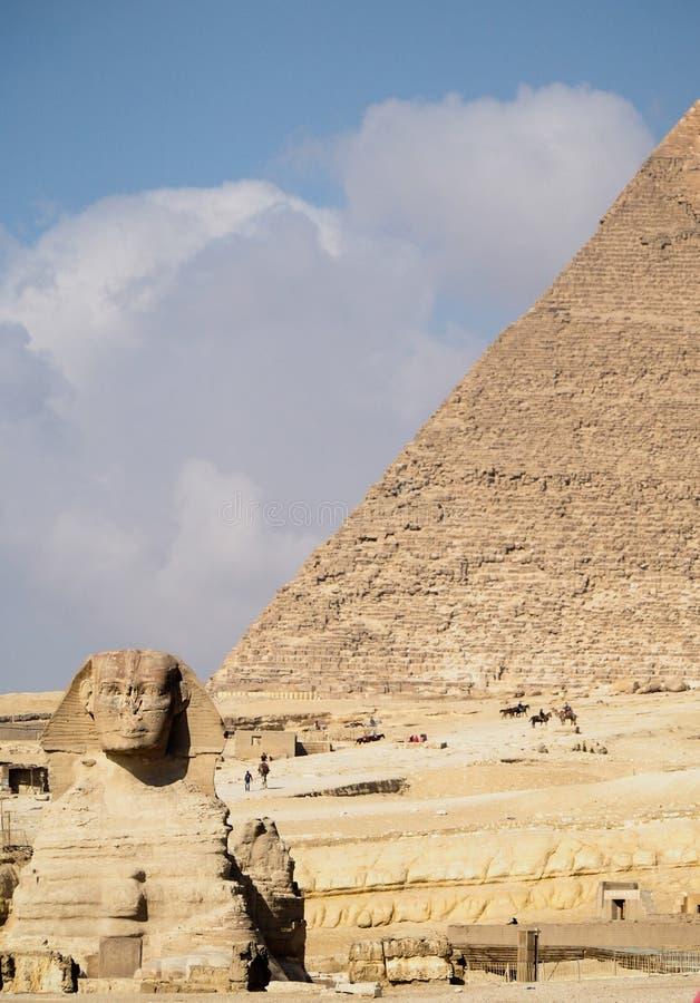 Αρχαίο Sphinx με την αιγυπτιακή πυραμίδα Giza στο υπόβαθρο στοκ εικόνα