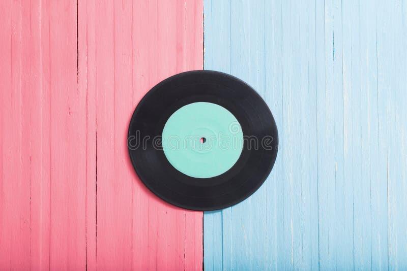 Αρχεία μουσικής στο ρόδινο και μπλε ξύλινο υπόβαθρο στοκ εικόνες