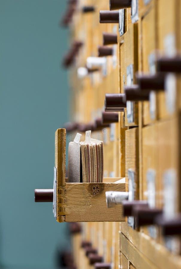 Αρχείο καρτών στη βιβλιοθήκη στοκ εικόνες