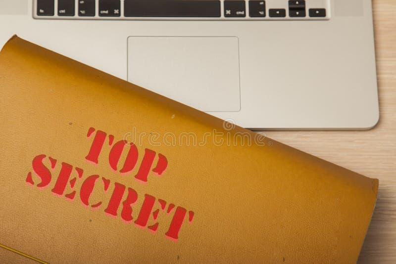 Αρχείο με τα εμπιστευτικά στοιχεία όσον αφορά το εταιρικό γραφείο, τοπ άποψη στοκ φωτογραφίες
