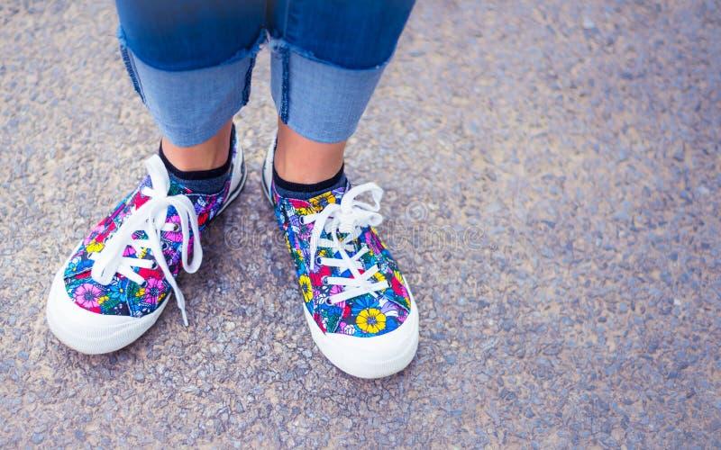 Αρχικά και μοντέρνα ζωηρόχρωμα παπούτσια γυναικών στην οδό - ευτυχής τρόπος ζωής στοκ εικόνες με δικαίωμα ελεύθερης χρήσης