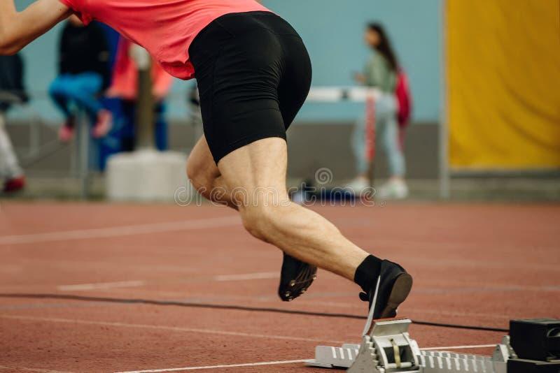 Αρχικός φραγμός έναρξης δρομέων αθλητών sprinter στοκ φωτογραφία