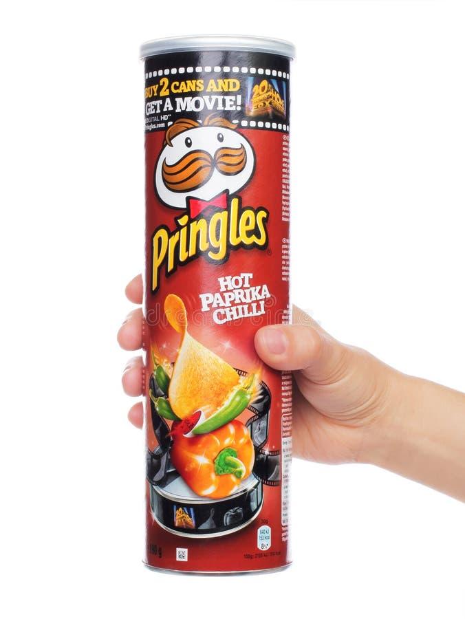 Αρχικό κιβώτιο τσιπ πατατών Pringles στο χέρι γυναικών στοκ εικόνες