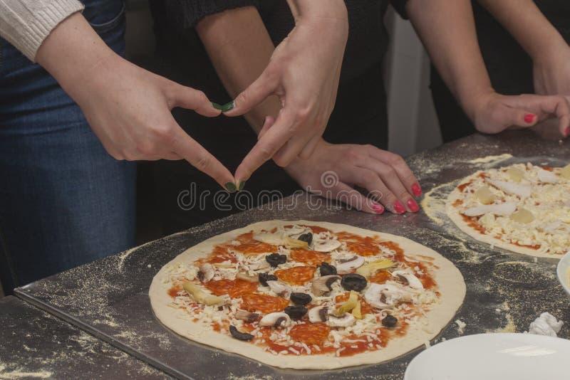 Αρχιμάγειρας γυναικών με την ακατέργαστη ζύμη στοκ φωτογραφία με δικαίωμα ελεύθερης χρήσης