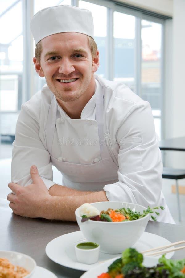 Αρχιμάγειρας με το γεύμα στοκ εικόνα με δικαίωμα ελεύθερης χρήσης