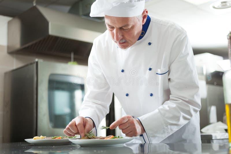 Αρχιμάγειρας που διακοσμεί ένα πιάτο στοκ εικόνες