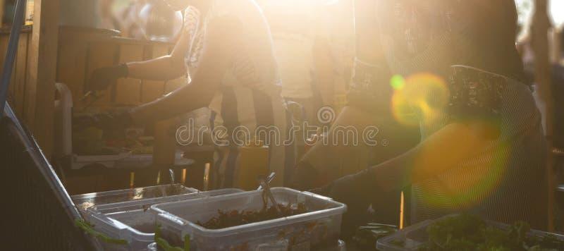Αρχιμάγειρας που κάνει Burgers στο ανοικτό γεγονός φεστιβάλ τροφίμων στοκ εικόνες