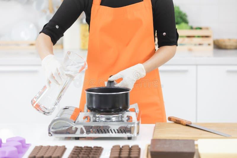 Αρχιμάγειρας που κατασκευάζει τη σοκολάτα στοκ εικόνες με δικαίωμα ελεύθερης χρήσης