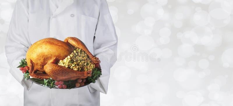 Αρχιμάγειρας που κρατά μια ημέρα των ευχαριστιών Τουρκία σε μια πιατέλα στοκ φωτογραφία με δικαίωμα ελεύθερης χρήσης