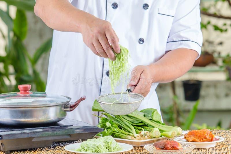 Αρχιμάγειρας που κρατά το πράσινο νουντλς στοκ φωτογραφία με δικαίωμα ελεύθερης χρήσης