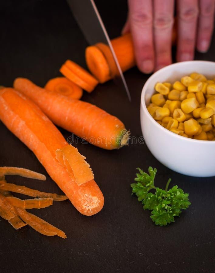 Αρχιμάγειρας που κόβει ένα καρότο στοκ φωτογραφία με δικαίωμα ελεύθερης χρήσης