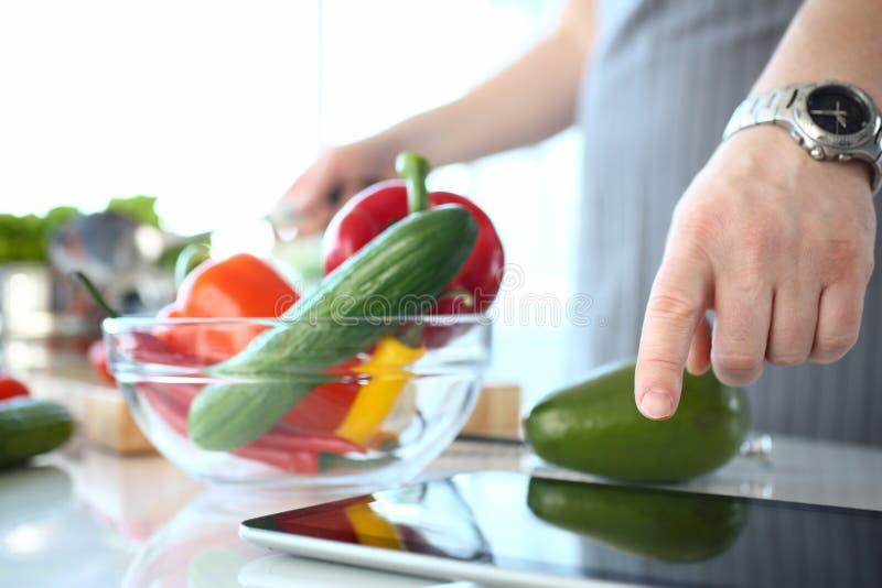 Αρχιμάγειρας που παρουσιάζει οργανικό φυτικό συστατικό σαλάτας στοκ φωτογραφία