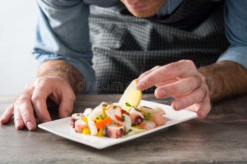 Αρχιμάγειρας που προετοιμάζει τα θαλασσινά ceviche στοκ φωτογραφίες