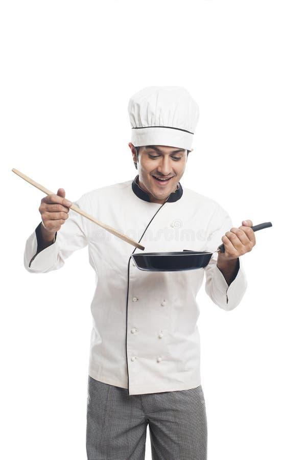 Αρχιμάγειρας που προετοιμάζει τα τρόφιμα σε ένα τηγανίζοντας τηγάνι στοκ φωτογραφίες με δικαίωμα ελεύθερης χρήσης