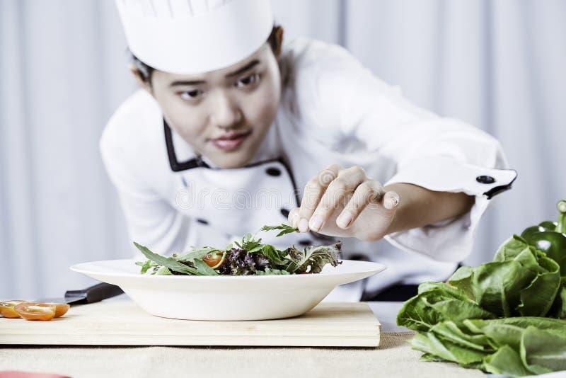 αρχιμάγειρας που προετοιμάζει τη σαλάτα στοκ φωτογραφίες