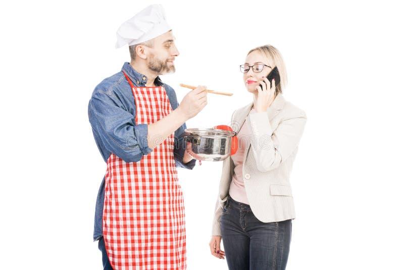 Αρχιμάγειρας που ταΐζει τη σύζυγό του στοκ φωτογραφίες με δικαίωμα ελεύθερης χρήσης