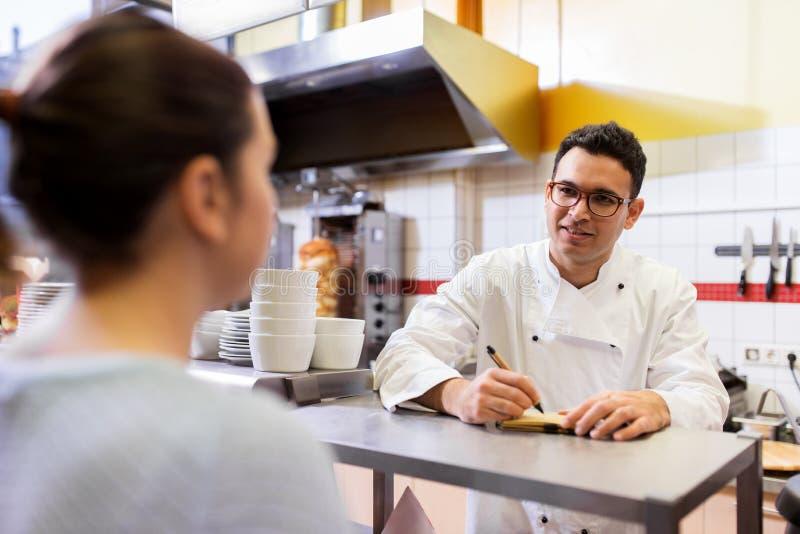 Αρχιμάγειρας στη διαταγή γραψίματος εστιατορίων γρήγορου φαγητού στοκ φωτογραφία με δικαίωμα ελεύθερης χρήσης