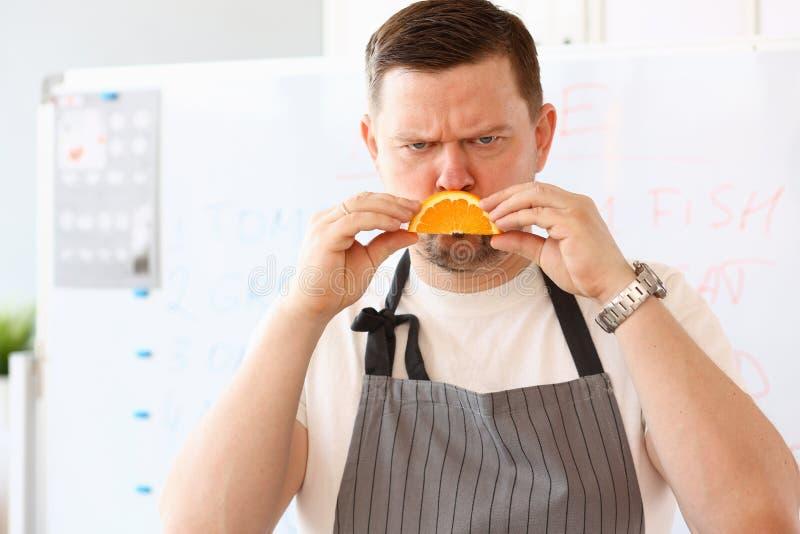 Αρχιμάγειρας Blogger που παρουσιάζει δυστυχισμένο πορτοκαλί χαμόγελο φετών στοκ φωτογραφίες