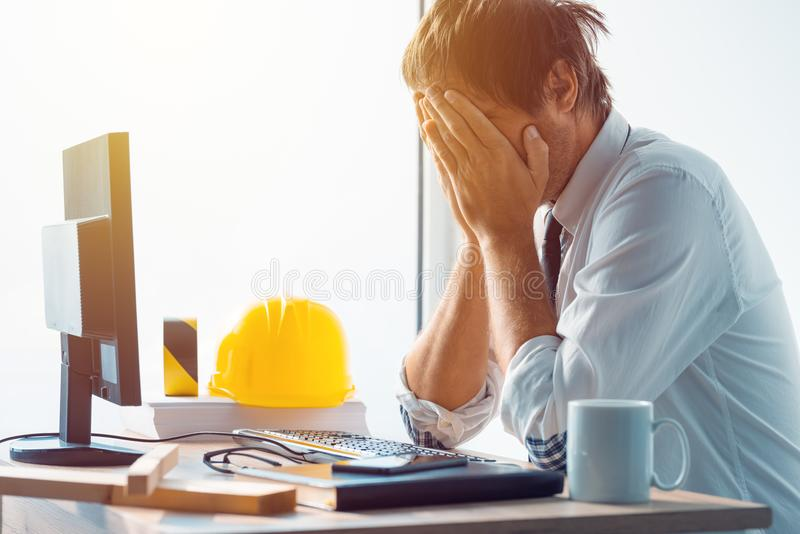 Αρχιτέκτονας και μηχανικός κατασκευής που έχουν τα προβλήματα στην εργασία στοκ εικόνες