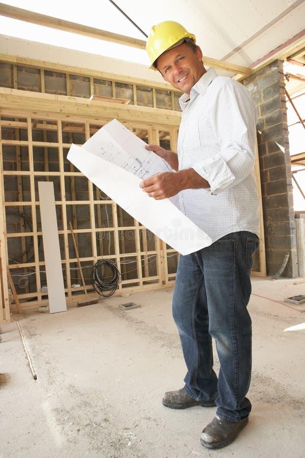 Αρχιτέκτονας με τα σχέδια στοκ φωτογραφία