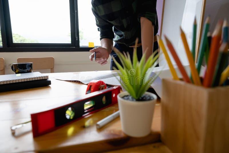 Αρχιτέκτονας που εργάζεται με πυξίδες και σχέδια για αρχιτεκτονικό σχέδιο, μηχανικός που σκιαγραφεί ιδέα κατασκευαστικού έργου στοκ εικόνα με δικαίωμα ελεύθερης χρήσης
