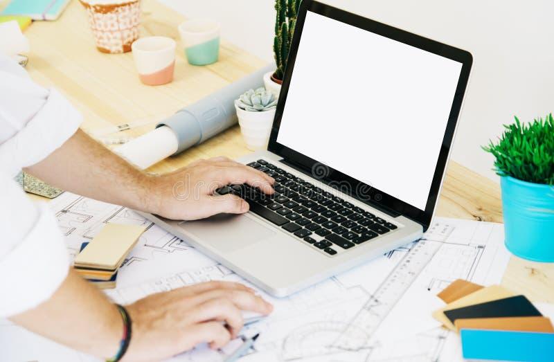 Αρχιτέκτονας που εργάζεται με το lap-top στοκ φωτογραφία