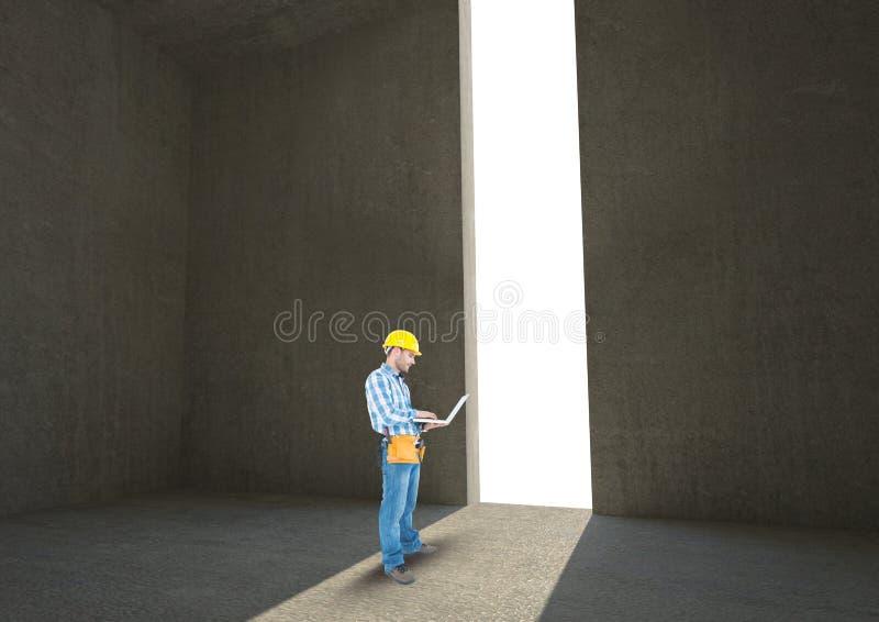 Αρχιτέκτονας που χρησιμοποιεί το lap-top στην πόρτα στοκ εικόνες με δικαίωμα ελεύθερης χρήσης