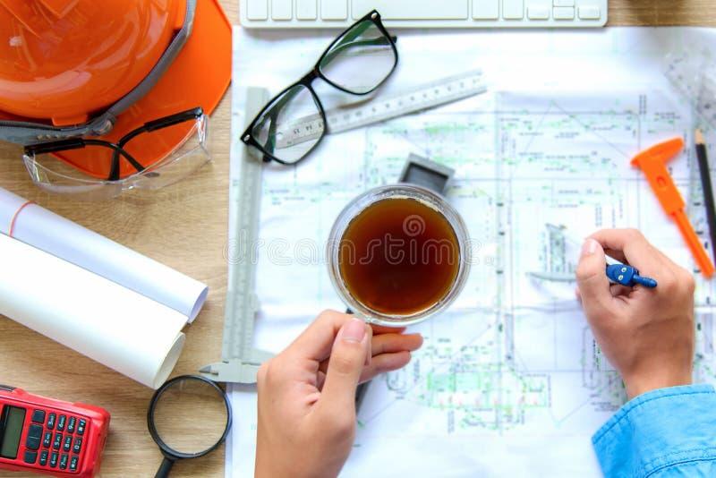 Αρχιτέκτονας προβολής με σχέδιο Χώρος εργασίας αρχιτεκτόνων Εργαλεία μηχανικού και έλεγχος ασφάλειας, σχέδια, χάρακας, πορτοκαλί  στοκ εικόνα