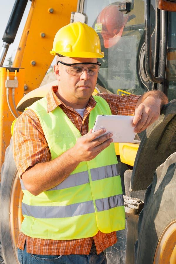 Αρχιτέκτονας στο εργοτάξιο που χρησιμοποιεί την ψηφιακή ταμπλέτα στοκ εικόνες