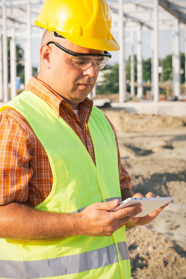 Αρχιτέκτονας στο εργοτάξιο που χρησιμοποιεί την ψηφιακή ταμπλέτα στοκ φωτογραφία με δικαίωμα ελεύθερης χρήσης