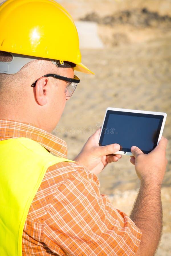 Αρχιτέκτονας στο εργοτάξιο που χρησιμοποιεί την ψηφιακή ταμπλέτα στοκ εικόνες με δικαίωμα ελεύθερης χρήσης