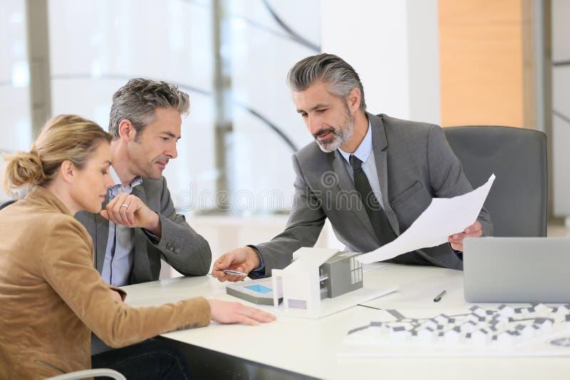 Αρχιτέκτονας συνεδρίασης του ζεύγους για το κατασκευαστικό πρόγραμμα στοκ εικόνες