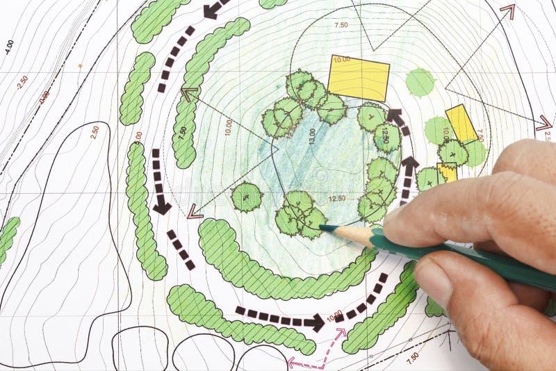 Αρχιτέκτονας τοπίου που σχεδιάζει στα σχέδια στοκ εικόνες με δικαίωμα ελεύθερης χρήσης