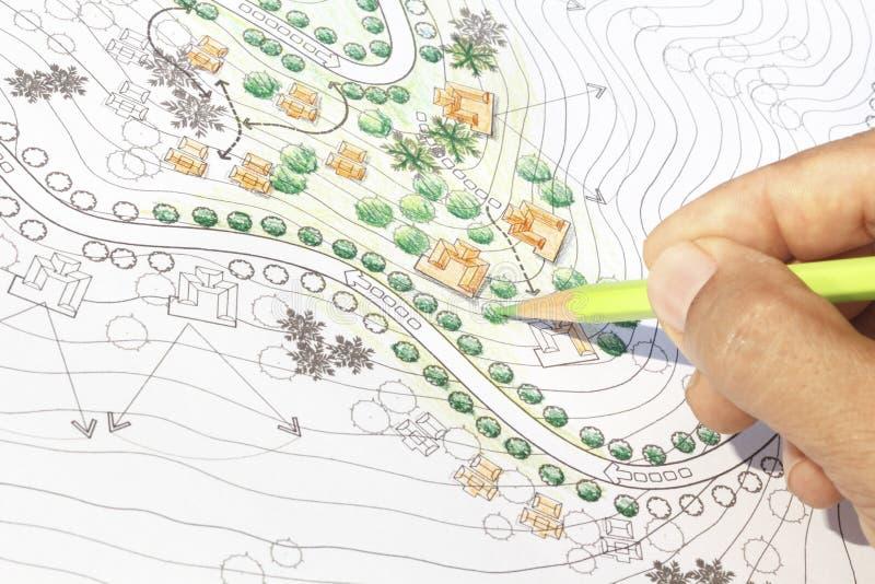 Αρχιτέκτονας τοπίου που σχεδιάζει στο σχέδιο ανάλυσης περιοχών στοκ φωτογραφία με δικαίωμα ελεύθερης χρήσης