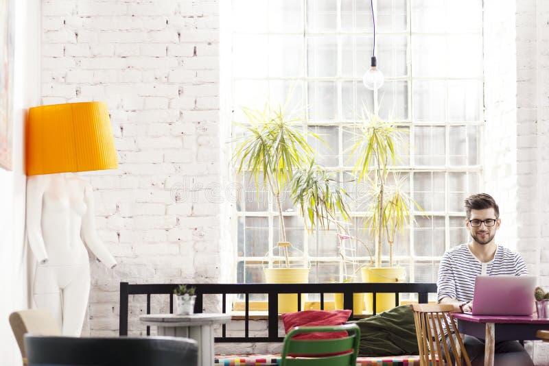 Αρχιτέκτονας Hipster στη βιομηχανική σοφίτα στοκ εικόνες με δικαίωμα ελεύθερης χρήσης