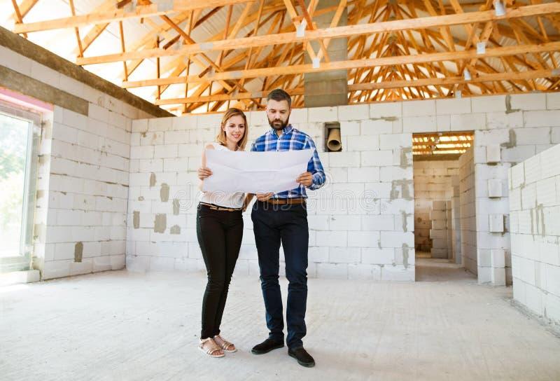 Αρχιτέκτονες και πολιτικός μηχανικός στο εργοτάξιο οικοδομής στοκ εικόνες