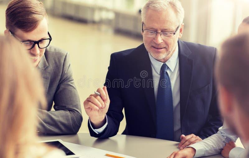 Αρχιτέκτονες με το PC ταμπλετών και το σχεδιάγραμμα στο γραφείο στοκ φωτογραφία με δικαίωμα ελεύθερης χρήσης