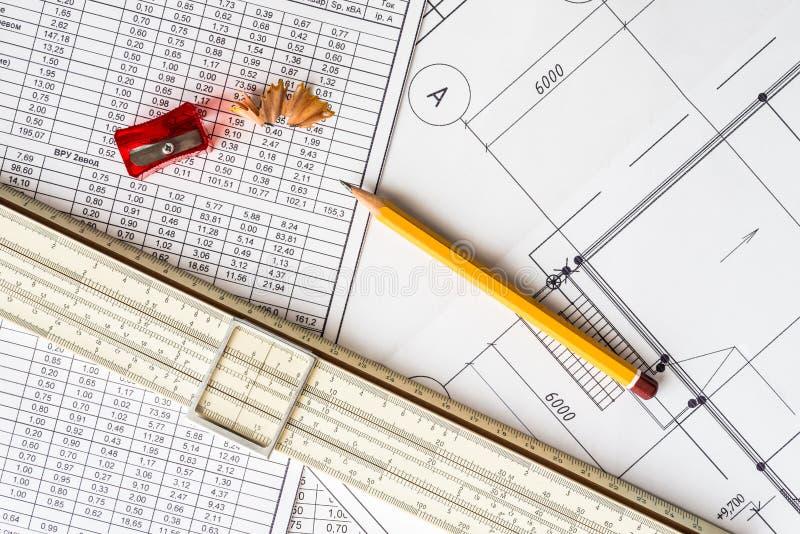 Αρχιτεκτονικά σχέδια, κανόνας φωτογραφικών διαφανειών και sharpener με ένα μολύβι στοκ φωτογραφίες