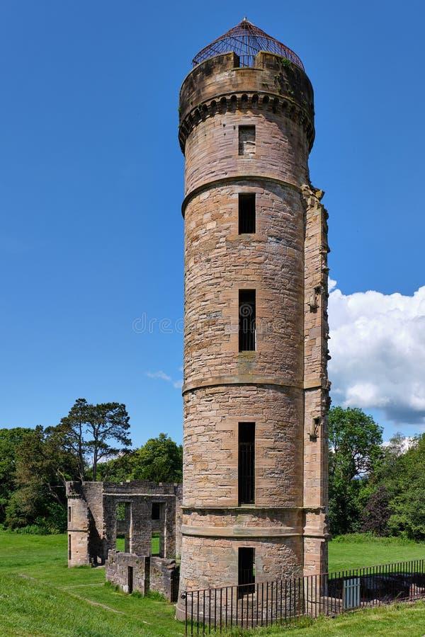 Αρχιτεκτονικές αρχαίες σκωτσέζικες καταστροφές σε Eglinton στο καλοκαίρι στοκ εικόνες