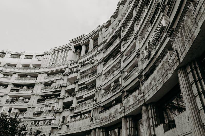 Αρχιτεκτονικές μορφές, loggias ενός ημικυκλικού κτηρίου στοκ φωτογραφία με δικαίωμα ελεύθερης χρήσης