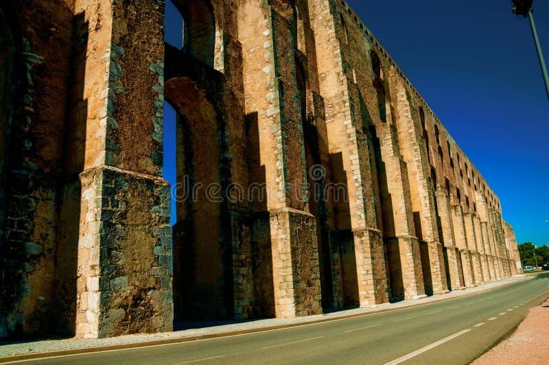 Αρχιτεκτονική δομή του υδραγωγείου με τις αψίδες στο δρόμο σε Elvas στοκ φωτογραφία με δικαίωμα ελεύθερης χρήσης